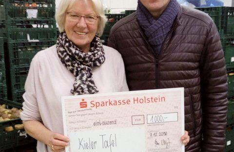 Margot Thode übernimmt den Scheck der Fa. Thomas Voigt Dentaltechnik GmbH
